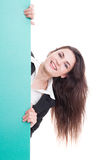 Femme d'affaires behing un mur vert avec l'espace publicitaire Photo stock