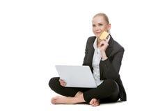 Femme d'affaires blonde assise sur le plancher Photos stock