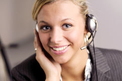 Femme d'affaires blonde attirante avec l'écouteur image stock