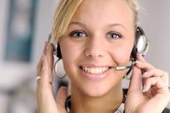 Femme d'affaires blonde attirante avec l'écouteur photos stock