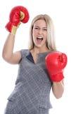 Femme d'affaires blonde attirante d'isolement prête à combattre avec la boîte Images libres de droits