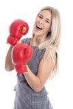 Femme d'affaires blonde attirante d'isolement prête à combattre avec la boîte Photographie stock libre de droits