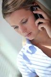 Femme d'affaires blonde au-dessus du téléphone. Photo stock