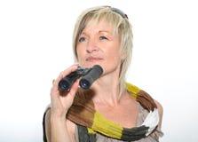Femme d'affaires blonde avec l'écharpe regardant avec des jumelles Photo stock