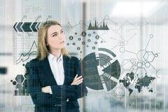 Femme d'affaires blonde, bureau, graphiques Image stock