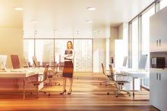 Femme d'affaires blonde dans le bureau de l'espace ouvert illustration stock