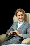Femme d'affaires blonde dans le sourire gris de costume Image stock