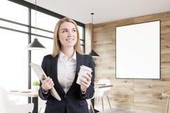 Femme d'affaires blonde dans un café, affiche Photos libres de droits