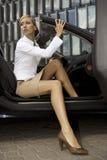 Femme d'affaires blonde dans un véhicule Photo stock