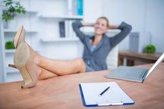 Femme d'affaires blonde de sourire se détendant photo libre de droits