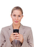 Femme d'affaires blonde envoyant un texte images stock