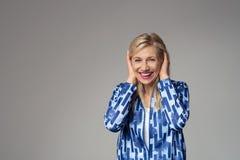 Femme d'affaires blonde heureuse Covering ses oreilles Images libres de droits