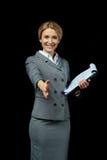 Femme d'affaires blonde jugeant des documents prêts à la poignée de main Photos stock