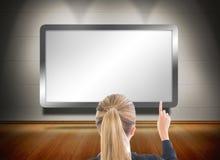 Femme d'affaires blonde se dirigeant à l'écran Photos libres de droits