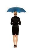 Femme d'affaires blonde tenant un parapluie photographie stock libre de droits
