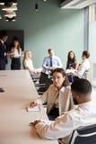 Femme d'affaires And Businessman Collaborating sur la tâche ensemble au jour licencié d'évaluation de recrutement photo stock