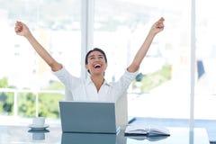 Femme d'affaires célébrant un grand succès Images stock