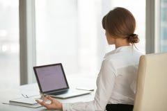 Femme d'affaires calme consciente faisant la pause dans le bureau pour le medit de yoga photo libre de droits