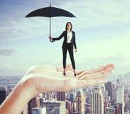 Femme d'affaires caucasienne avec le parapluie photo stock