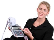 Femme d'affaires chargée ou confondue au-dessus des calculs Photographie stock