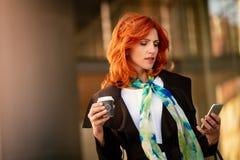 Femme d'affaires Checking Social Media sur une pause-café images libres de droits