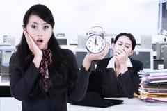 Femme d'affaires choquée et ami fatigué Photo libre de droits