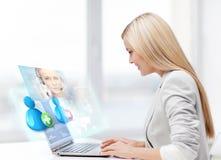 Femme d'affaires communiquant avec l'opérateur de service d'assistance Images stock