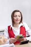 Femme d'affaires comptant d'euro factures d'argent Photographie stock