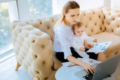 Femme d'affaires concentrée analysant des problèmes urgents Image libre de droits