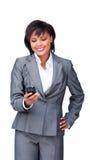 Femme d'affaires concentrée envoyant un texte Photographie stock libre de droits
