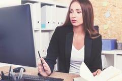 Femme d'affaires concentrée regardant l'écran Photographie stock