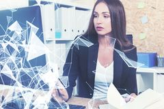 Femme d'affaires concentrée sur son lieu de travail photographie stock