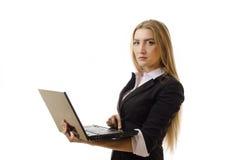 Femme d'affaires confiante à l'aide de l'ordinateur portatif - d'isolement Photographie stock libre de droits