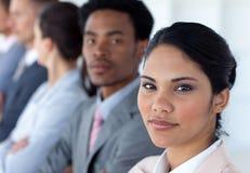 Femme d'affaires confiante avec son équipe dans une ligne Photos libres de droits