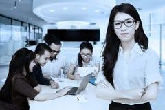 Femme d'affaires confiante et son équipe Images stock