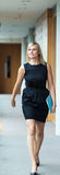 Femme d'affaires confiante marchant par un couloir Images stock