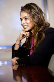 Femme d'affaires confiante s'asseyant dans la salle de réunion photo libre de droits