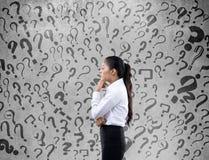 Femme d'affaires confuse recherchant la solution Image stock