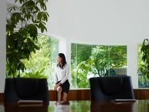 Femme d'affaires contemplant hors de l'hublot Photos libres de droits