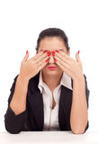 Femme d'affaires couvrant ses yeux Photographie stock