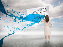 Femme d'affaires créative avec l'éclaboussure bleue de peinture Images libres de droits