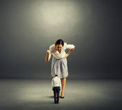 Femme d'affaires criant au petit homme Photos libres de droits