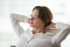 Femme d'affaires décontractée rêveuse faisant la pause pour se reposer ne sentant aucun streptocoque image stock