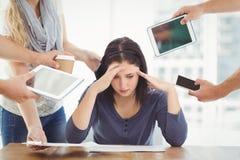 Femme d'affaires déprimée avec la tête dans des mains Photo stock