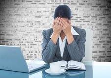 Femme d'affaires déprimée s'asseyant au bureau avec l'ordinateur portable et le journal intime photographie stock libre de droits