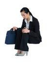 Femme d'affaires déprimée s'asseyant avec le sac à main images stock