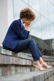 Femme d'affaires déprimée s'asseyant dans les lieux images libres de droits