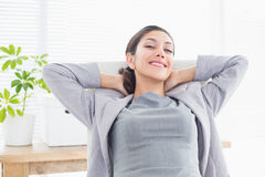 Femme d'affaires détendant dans une chaise pivotante photos stock