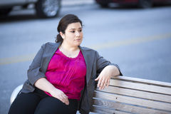 Femme d'affaires - détendant sur un banc Photographie stock