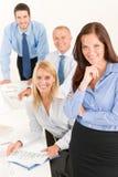 Femme d'affaires d'équipe d'affaires jolie avec des collègues images libres de droits